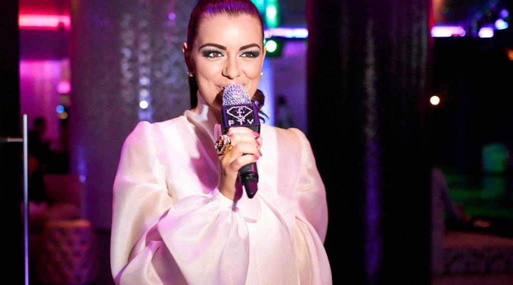 Jitka Valkova si skúša mikrofón Fashion TV