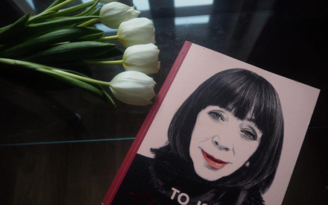 Módní kritička Františka Čížková sklízí úspěchy se svou knihou. Za nablýskaným světem módy se skrývá drsný životní příběh!