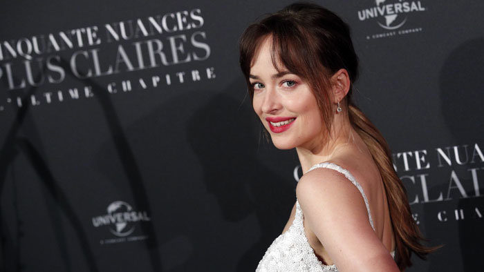 DAKOTA JOHNSON A TIFFANY & CO. NA PREMIÉŘE FILMU FIFTY SHADES FREED V PAŘÍŽI